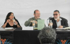 """El poeta Héctor Carreto en la presentación de """"Clase Turista"""", ( 28 de octubre, 2012) con los presentadores Grissel Gómez Estrada y Ricardo Yáñez, en la Feria Internacional del Libro 2012 en el Zócalo de la Ciudad de México."""